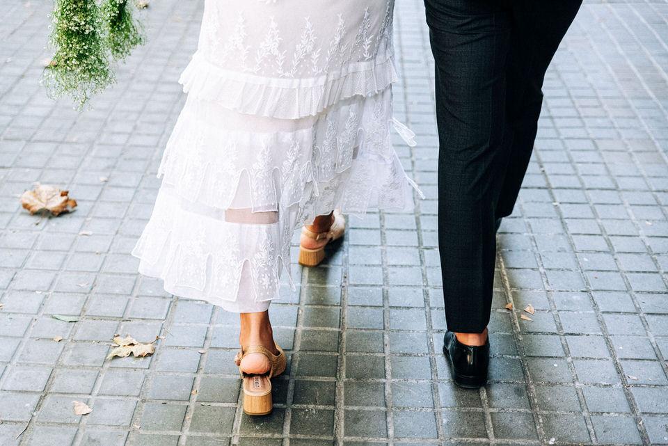 Vestido-novia-encaje-antiguo-dosnovios-andando