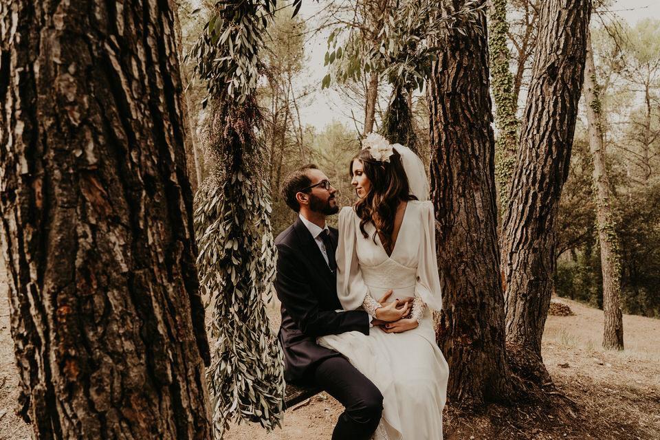 Una novia elegante en el bosque